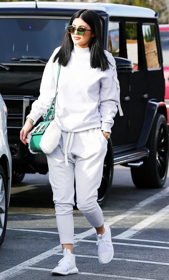 kylie-jenners-trick-for-looking-expensive-in-sweatpants-1663032-1455811762.640x0c.jpg